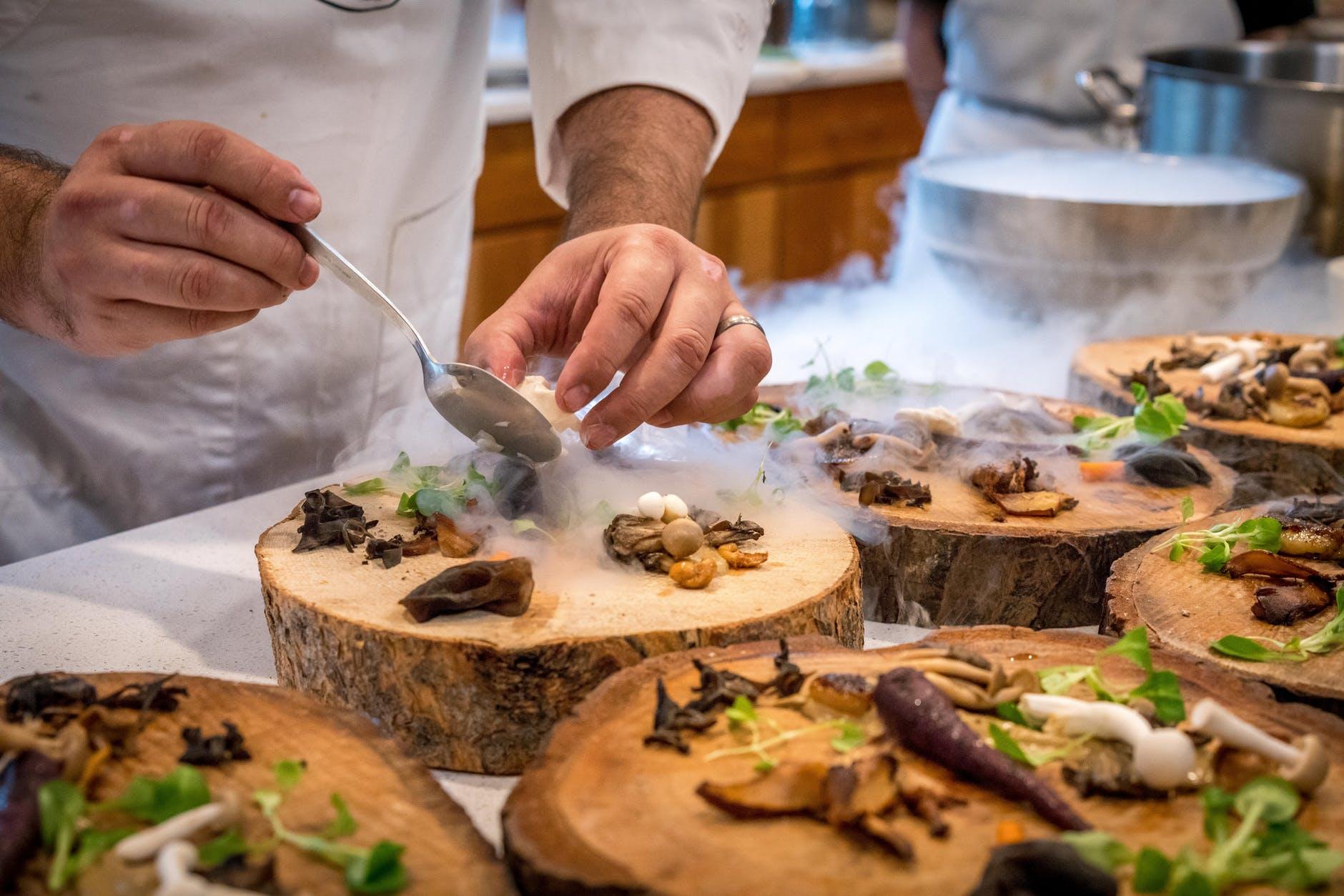 cocinando setas, hongos y champiñones